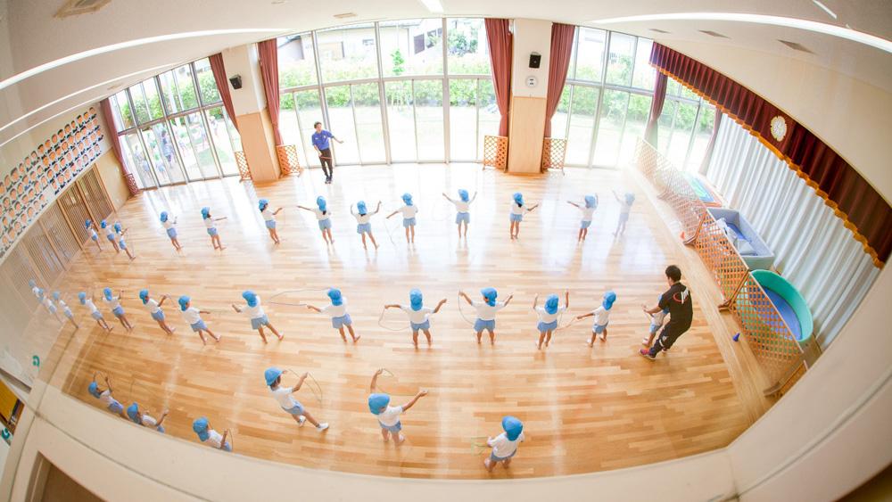 遊戯室で縄跳びの練習
